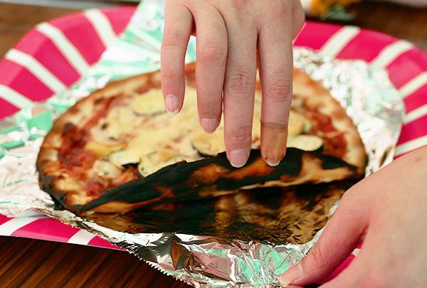 焦げたピザ