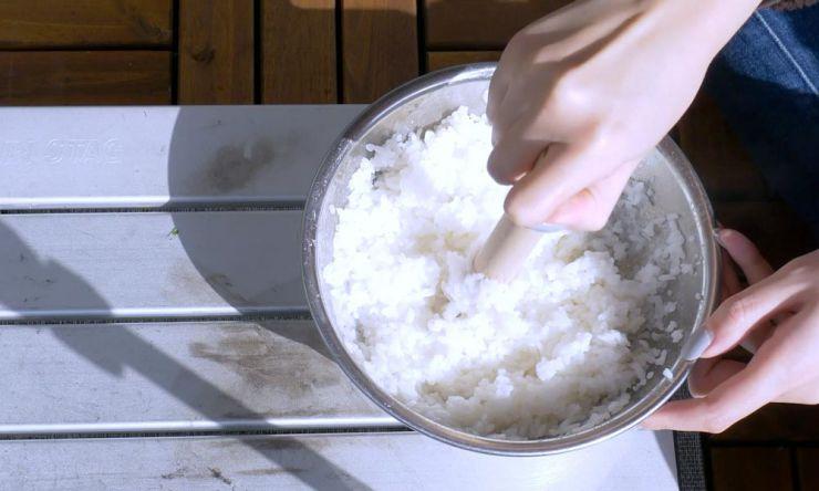 米をすりつぶす