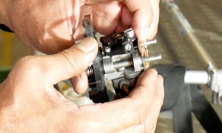 キャブレターをエンジンに取り付ける