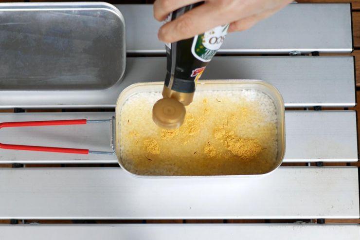 素とオイルをかき混ぜる
