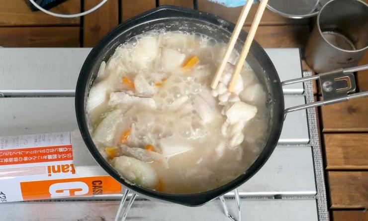豚汁の具と鶏肉を入れる