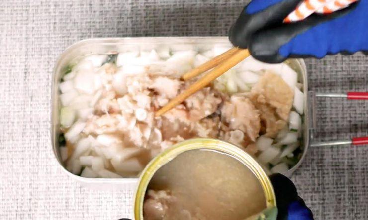 鮭缶を入れる