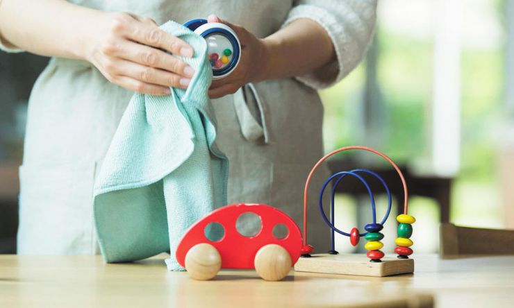 赤ちゃんの玩具を掃除している様子