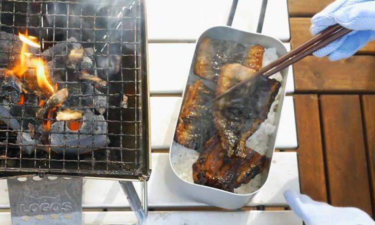 ご飯に焼いた鰻を乗せる