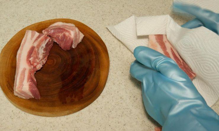 お肉の水を拭き取る