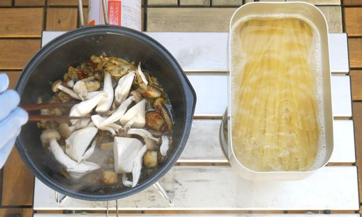 アヒージョの残り汁に鷹の爪と具材を入れる