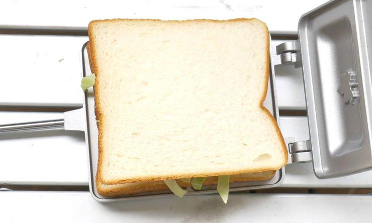 ビアソーセージ、チーズ、食パン乗せる