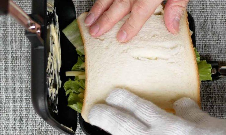 食パンをのせる