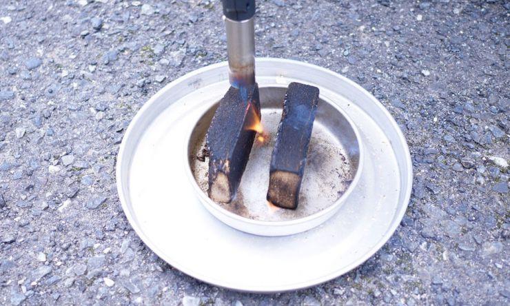 スモークウッドに火を付ける