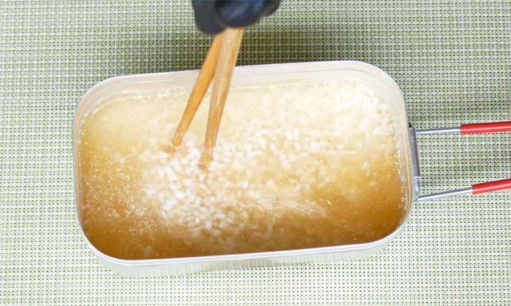 調味料とお米を混ぜる