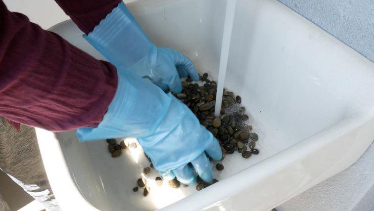 玉砂利を洗う