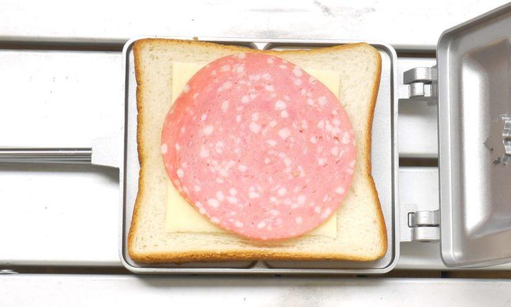 食パン、チーズ、ビアソーセージ乗せる