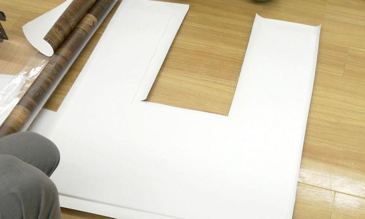 プラダンより少し大きめに壁紙をカット