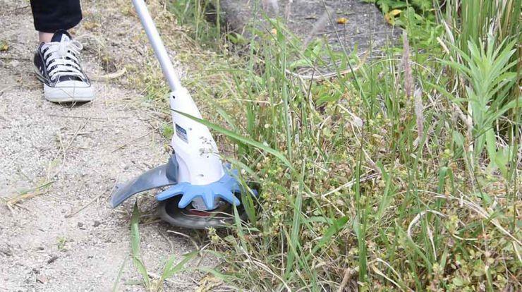 チップソーの威力で茂った草や太径雑草を一網打尽!