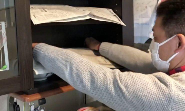 食器を新聞紙で覆う