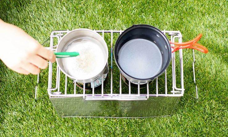 鍋に水と昆布だしを入れ火にかける